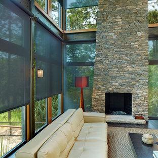 Immagine di un soggiorno design di medie dimensioni e aperto con sala formale, parquet scuro, camino classico e cornice del camino in pietra