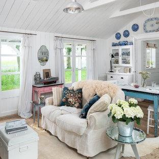 Shabby chic-inspirerad inredning av ett litet vardagsrum, med vita väggar, ljust trägolv och beiget golv