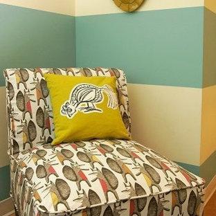 オースティンの大きいコンテンポラリースタイルのおしゃれな独立型リビング (青い壁、暖炉なし) の写真