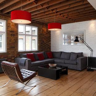 Exempel på ett stort industriellt allrum med öppen planlösning, med vita väggar, ljust trägolv och brunt golv