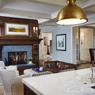 Ispirazione per un ampio soggiorno tradizionale aperto con pareti grigie, camino bifacciale, cornice del camino in legno, pavimento in legno massello medio e pavimento marrone