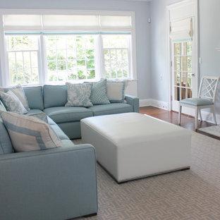 Imagen de salón abierto, minimalista, de tamaño medio, con paredes azules, moqueta y suelo azul