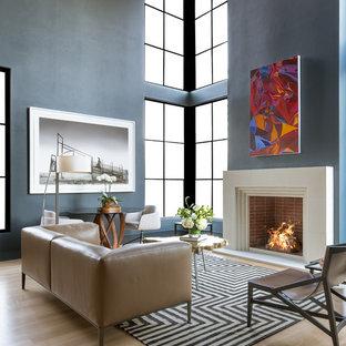 Idéer för att renovera ett funkis allrum med öppen planlösning, med blå väggar, ljust trägolv, en standard öppen spis och beiget golv