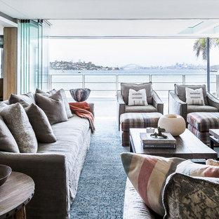 Foto di un grande soggiorno design aperto con sala formale, pareti bianche, parquet chiaro e pavimento blu