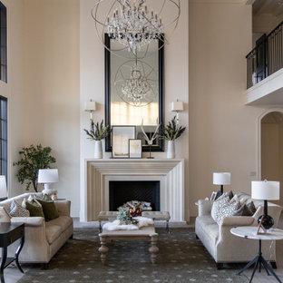 Foto di un soggiorno chic con pareti beige, pavimento in legno massello medio, camino classico e pavimento marrone