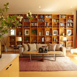 Bild på ett 60 tals vardagsrum, med ett bibliotek