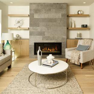 バンクーバーの中サイズのコンテンポラリースタイルのおしゃれなリビング (白い壁、淡色無垢フローリング、石材の暖炉まわり、テレビなし、横長型暖炉) の写真