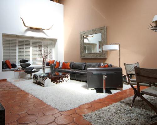 Salon avec un sol en carreau de terre cuite et un mur for Un carreau de terre