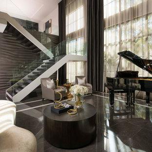 Immagine di un grande soggiorno moderno aperto con sala formale, pareti marroni, pavimento in marmo, nessuna TV e pavimento marrone