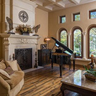 Idée de décoration pour un très grand salon méditerranéen ouvert avec une salle de réception, un sol en bois brun, une cheminée standard et un manteau de cheminée en plâtre.