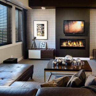 Ispirazione per un grande soggiorno minimalista aperto con pareti beige, moquette, camino sospeso, cornice del camino in intonaco e TV a parete
