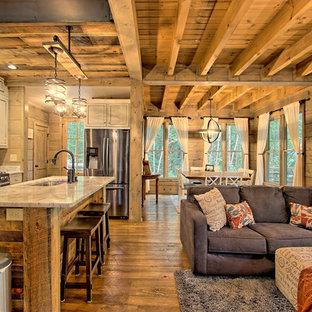 Foto de salón abierto, rural, pequeño, con suelo marrón, paredes marrones y suelo de madera oscura