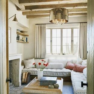 Idee per un soggiorno mediterraneo chiuso con pareti beige e nessuna TV