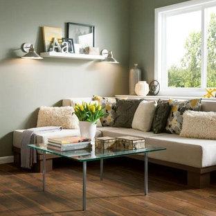 Foto di un soggiorno stile rurale di medie dimensioni e aperto con sala formale, pareti verdi e pavimento in legno massello medio