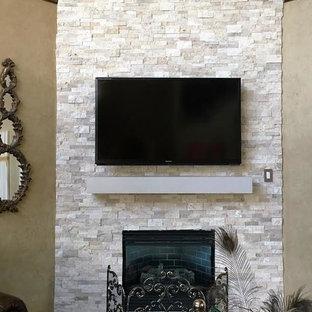 Esempio di un soggiorno rustico di medie dimensioni con pareti marroni, moquette, camino ad angolo, cornice del camino in pietra, TV a parete e pavimento marrone