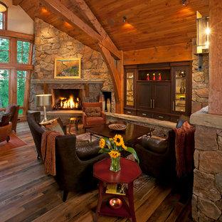 Idéer för att renovera ett stort rustikt allrum med öppen planlösning, med beige väggar, mellanmörkt trägolv, en standard öppen spis och en spiselkrans i sten