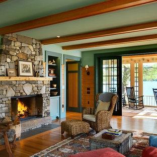 Esempio di un soggiorno rustico con pareti verdi, pavimento in legno massello medio, camino classico e cornice del camino in pietra