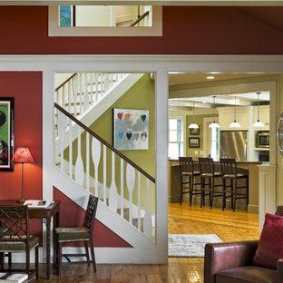 Immagine di un soggiorno stile rurale con pareti rosse