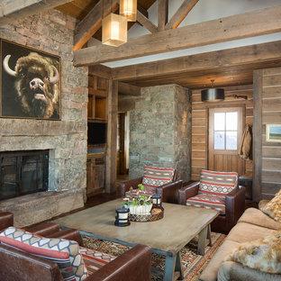 Salon avec un mur marron et un téléviseur encastré : Photos ...