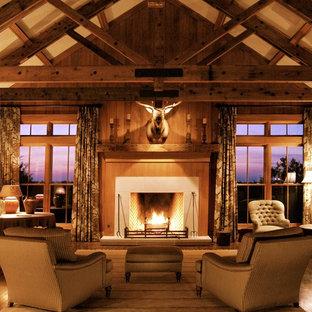 Idee per un grande soggiorno country aperto con camino classico, sala formale, pareti marroni, parquet scuro, cornice del camino in pietra, nessuna TV e pavimento marrone