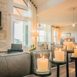 Idéer för ett stort modernt allrum med öppen planlösning, med grå väggar, klinkergolv i keramik, en standard öppen spis, en spiselkrans i sten, en väggmonterad TV och brunt golv