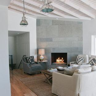 Diseño de salón para visitas abierto, tradicional renovado, de tamaño medio, con paredes blancas, suelo de madera clara, chimenea de esquina y marco de chimenea de baldosas y/o azulejos
