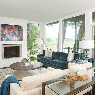 ラスティックスタイルのおしゃれなリビング (白い壁、濃色無垢フローリング、標準型暖炉、レンガの暖炉まわり、テレビなし) の写真