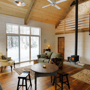 Foto de salón rural, pequeño, con estufa de leña, suelo de madera en tonos medios, marco de chimenea de baldosas y/o azulejos y paredes beige