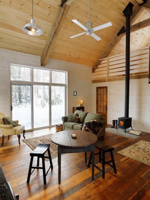 Salon mansardé ou avec mezzanine avec un poêle à bois et un ...