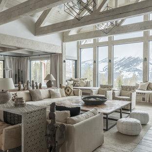 Imagen de salón para visitas abierto, rural, con paredes blancas, suelo de madera clara y suelo gris