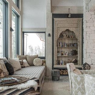 Rustikale Bibliothek mit weißer Wandfarbe und hellem Holzboden in Sonstige