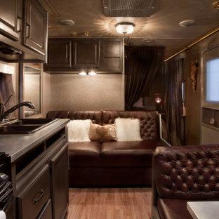 アルバカーキの小さいトラディショナルスタイルのおしゃれなリビング (茶色い壁、暖炉なし、テレビなし) の写真