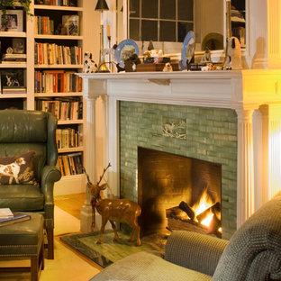 ボストンの中くらいのヴィクトリアン調のおしゃれな独立型リビング (ライブラリー、白い壁、カーペット敷き、標準型暖炉、タイルの暖炉まわり、テレビなし) の写真