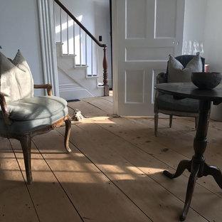 Idées déco pour un salon scandinave de taille moyenne et fermé avec une salle de réception, un mur blanc, un sol en bois clair, une cheminée standard, un manteau de cheminée en bois, aucun téléviseur et un sol marron.