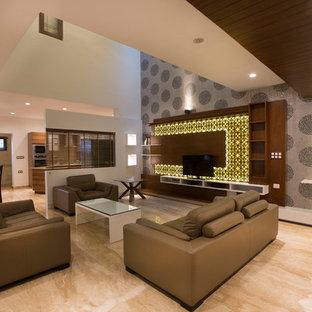Immagine di un soggiorno minimal aperto con pareti grigie e TV autoportante