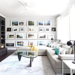 Idee per un soggiorno contemporaneo con sala formale, pareti nere, parquet scuro, camino classico e TV a parete