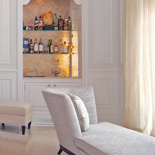 Foto di un grande soggiorno tradizionale aperto con pareti bianche, pavimento in marmo, camino classico, cornice del camino in legno, nessuna TV e pavimento beige