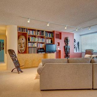 Imagen de biblioteca en casa tipo loft, minimalista, de tamaño medio, sin chimenea, con paredes púrpuras, moqueta, televisor independiente y suelo beige
