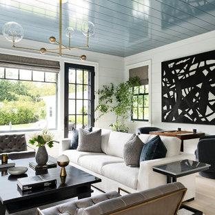 Imagen de salón abierto, clásico renovado, con paredes blancas, suelo de madera clara y suelo beige