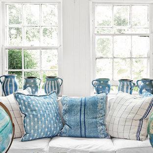 Ispirazione per un piccolo soggiorno shabby-chic style aperto con pareti bianche e parquet chiaro