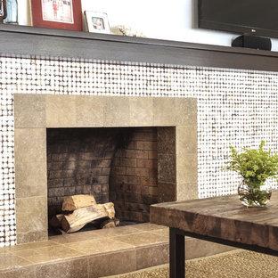サンフランシスコの中くらいのビーチスタイルのおしゃれなLDK (茶色い壁、カーペット敷き、標準型暖炉、壁掛け型テレビ、タイルの暖炉まわり) の写真