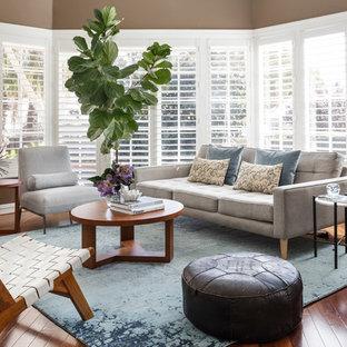 Diseño de salón para visitas clásico renovado con paredes marrones, suelo de madera en tonos medios y suelo marrón