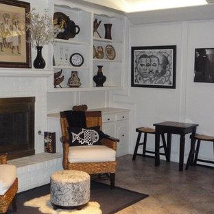 ダラスの中くらいのトラディショナルスタイルのおしゃれなLDK (フォーマル、白い壁、セラミックタイルの床、標準型暖炉、レンガの暖炉まわり) の写真