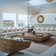 Tropical Living Room by Marcia e Felipe Cuder/ Cuder Serviços