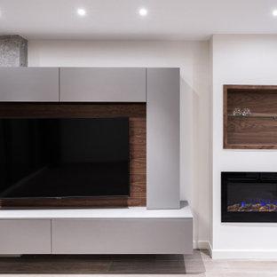 Diseño de salón abierto, actual, pequeño, con televisor colgado en la pared, paredes blancas, suelo de baldosas de cerámica, chimeneas suspendidas, marco de chimenea de metal y suelo marrón