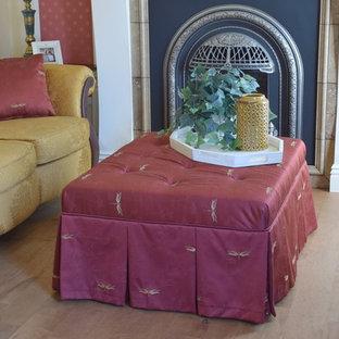 Immagine di un soggiorno chic con pareti gialle, pavimento in legno massello medio, cornice del camino in pietra e pavimento marrone
