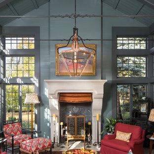 Aménagement d'un grand salon classique avec une salle de réception, un mur bleu, une cheminée standard et aucun téléviseur.