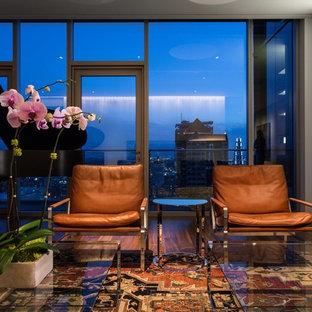 Foto di un grande soggiorno minimalista aperto con sala della musica, pareti bianche, pavimento in legno massello medio, nessuna TV, pavimento marrone, camino classico e cornice del camino in intonaco