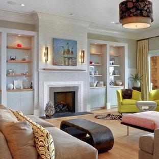 チャールストンのトロピカルスタイルのおしゃれなリビング (ベージュの壁、無垢フローリング、標準型暖炉) の写真