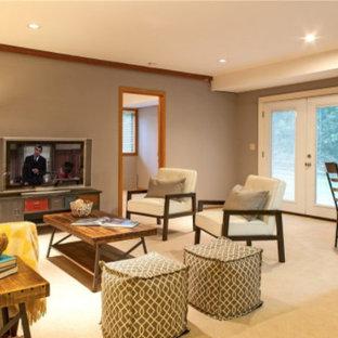 Idee per un soggiorno contemporaneo di medie dimensioni e aperto con pareti viola, moquette, nessun camino e TV autoportante